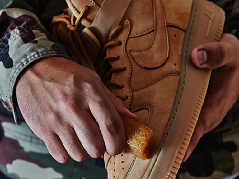 Quy trình vệ sinh chăm sóc giày da lộn